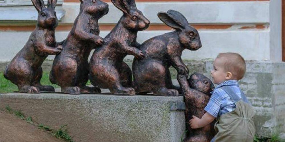 FANTÁSTICO: Fotos mostram a ingenuidade de crianças interagindo com esculturas